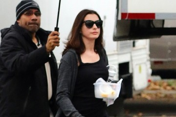 Anne Hathaway Stars Perform on the Set of 'Ocean's Eight' in NYC