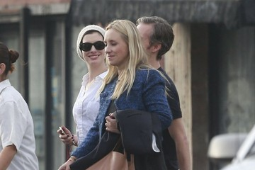 Anne Hathaway Anne Hathaway & Adam Shulman Out For Lunch With Friends