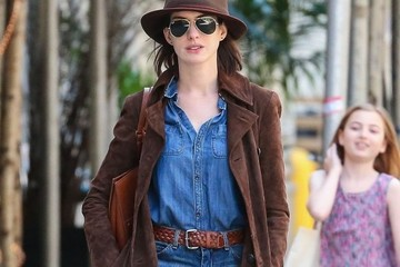 Anne Hathaway Anne Hathaway Out For A Stroll In NYC