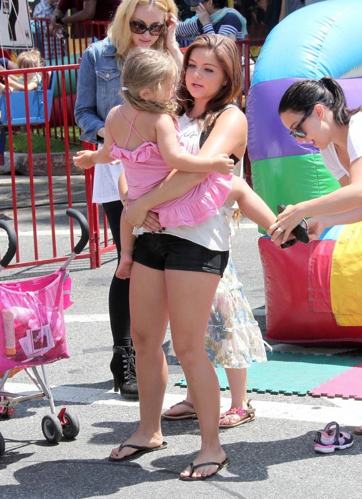 Galerry ariel winter and family at the farmers market ariel winter