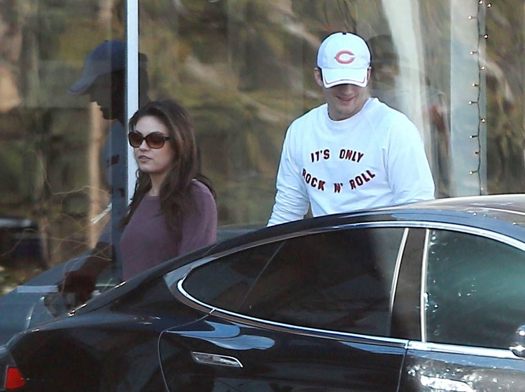 Mila kunis photos ashton takes mila to a nail salon in for A salon of studio city