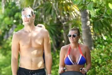 Billi Mucklow Andy Carroll and His Family Enjoy a Stroll in Miami