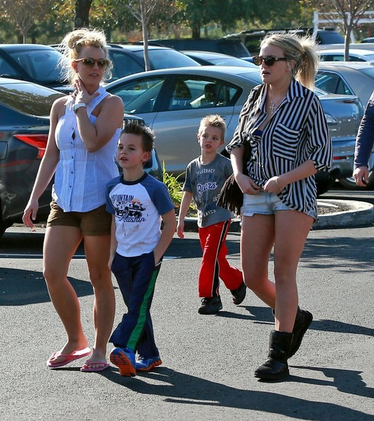 Britney+Jamie+Lynn+Spears+Take+Boys+Shopping+oUW7lEetGfil.jpg