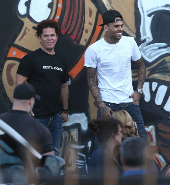 Chris brown spray painting a mural in miami atlnightspots for Chris brown mural