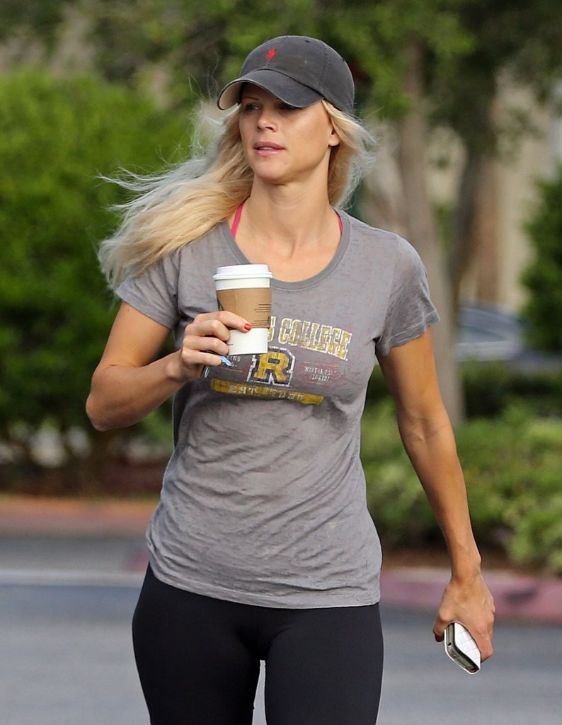 elin nordegren photos - elin nordegren stops for coffee - 22 of 168