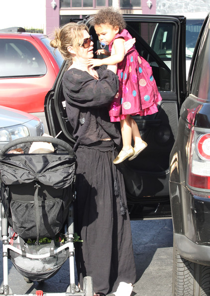 Ellen Pompeo - Ellen Pompeo And Daughter Stella Leaving A Flea Market
