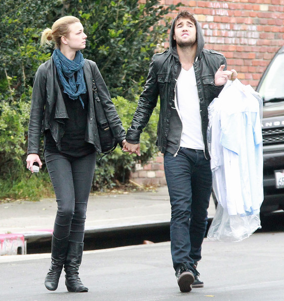 Emily VanCamp Photos Photos - Emily VanCamp And Joshua ...