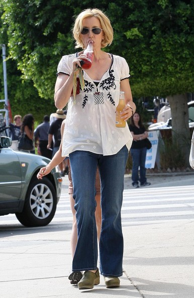 http://www4.pictures.zimbio.com/fp/Felicity+Huffman+Daughter+Getting+Ice+Cream+yDXjCkCocy_l.jpg