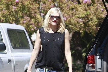 Gwen Stefani Gwen Stefani Gives Apollo a Lift