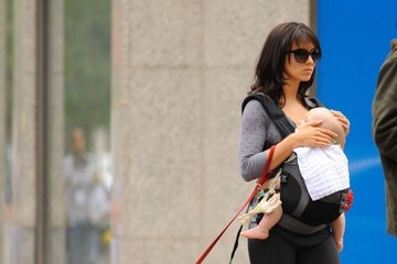 Hilaria Baldwin Hilaria Thomas & Daughter Carmen Walk Their Dogs In New York
