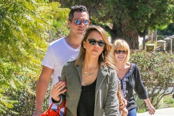 Honor Warren Jessica Alba & Her Family Enjoy A Day At The Park