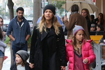 Honor Warren Jessica Alba Takes Her Girls Shopping For Toys