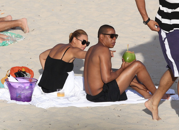 Jay-Z - Beyonce And Jay-Z Relax On The Beach