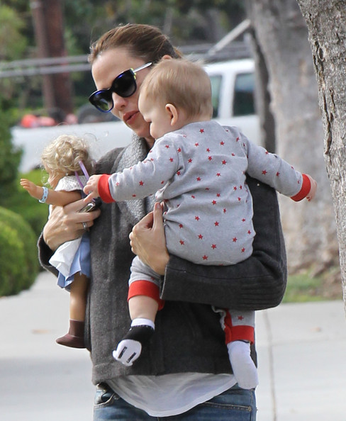 Jennifer Garner - Jennifer Garner Out And About With Baby Samuel