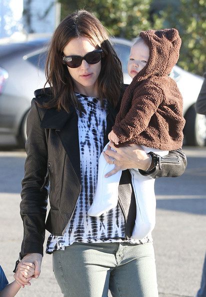"""Butter"" star Jennifer Garner takes her kids Seraphina and Samuel to get breakfast at the Brentwood Country Mart on October 26, 2012 in Brentwood, California."