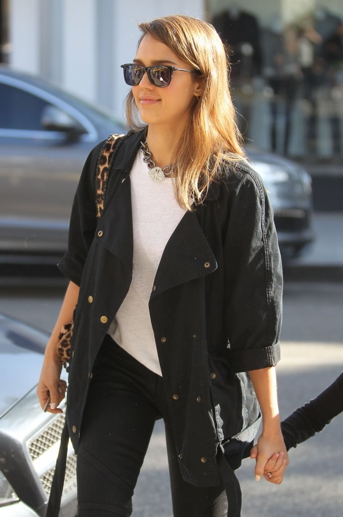 Jessica Alba Grabs Lunch with Her Family