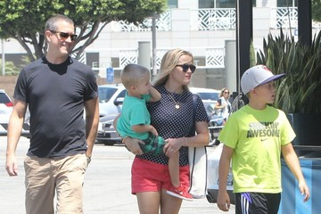 Jim Toth Reese Witherspoon Takes Her Boys out for Lunch