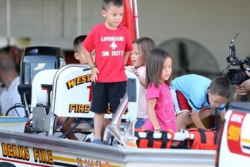 Leah Gosselin Alexis Gosselin Jon Gosselin And Kids Selling Lemonade