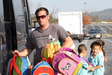 Leah Gosselin Alexis Gosselin Jon Gosselin Picking Up His Kids From The Bus Stop
