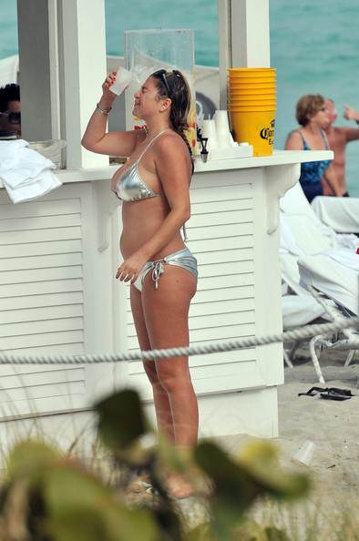 Josie+Goldberg+Josie+Goldberg+Shows+Off+Curvaceous+tfqb2lYZoa8l ... her personal paparazzi, cooled down today with a cup of water in Miami.