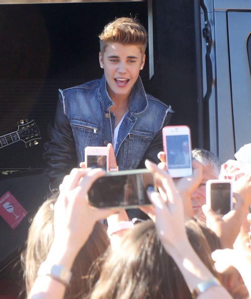 Justin Bieber - Justin Bieber Singing For Fans Outside 'The Tonight Show'
