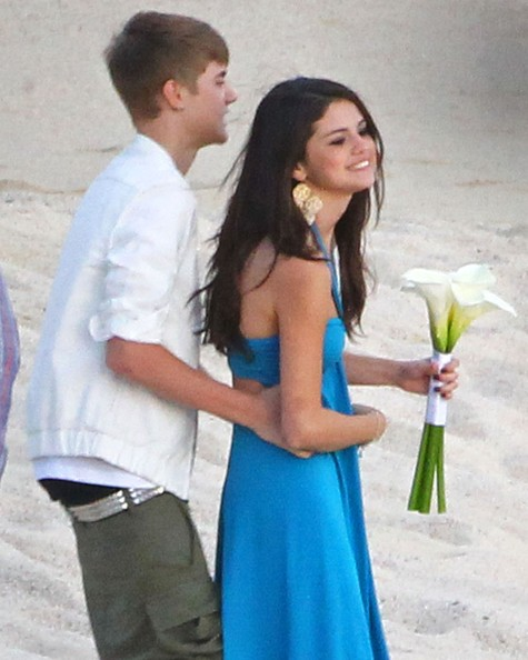 Justin and Selena Make Out at a Wedding