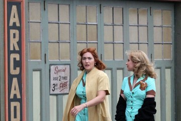 Kate Winslet Kate Winslet and Juno Temple Perform on Set in Brooklyn