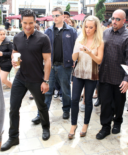 http://www4.pictures.zimbio.com/fp/Kendra+Wilkinson+Doing+Interview+EXTRA+vgjhPjP8xr9l.jpg