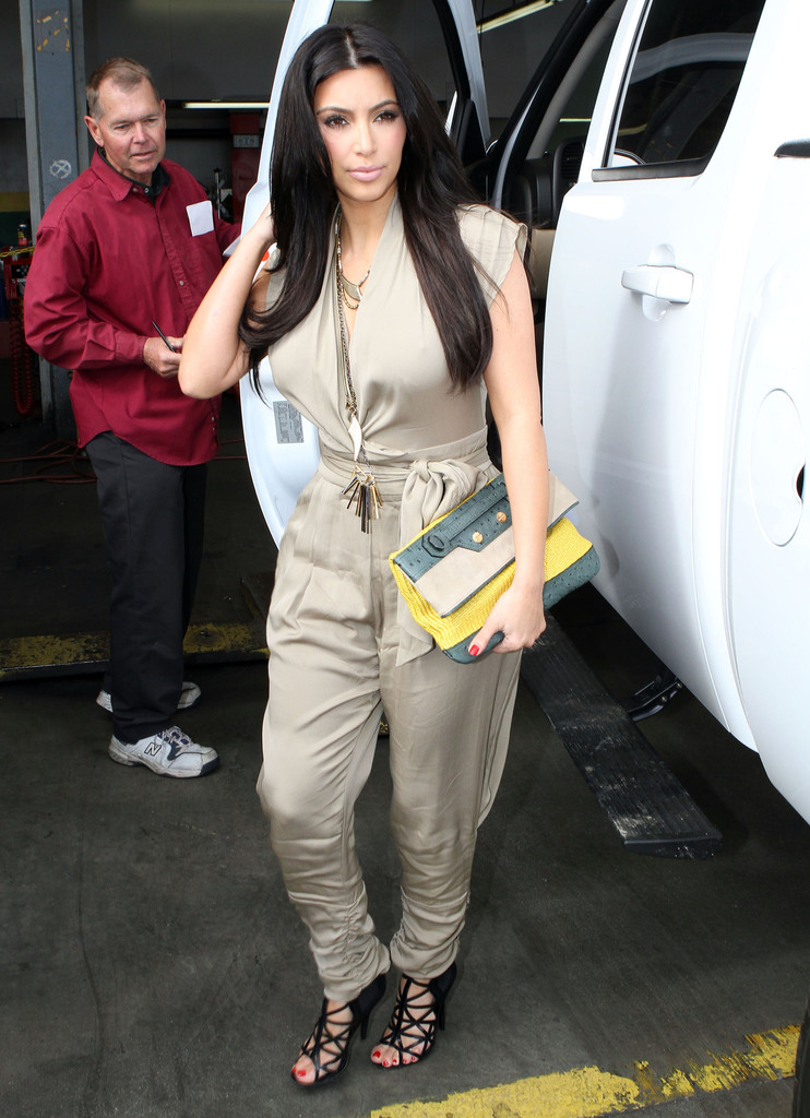 Kim Kardashian Photos - Kim And Kourtney Kardashian At Just Tires ...
