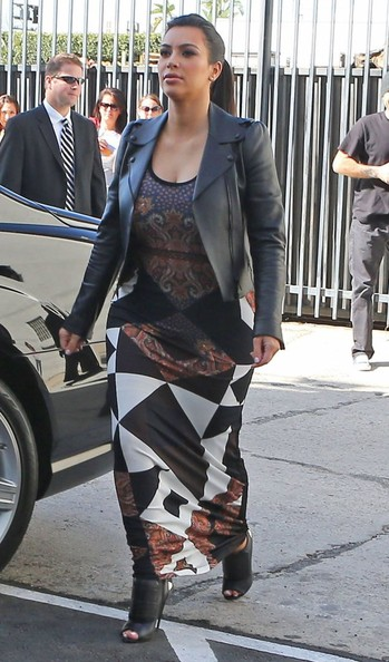 Kim Kardashian - The Kardashian Girls Head To A Studio