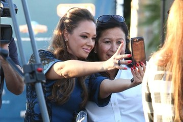 Leah Remini Celebs Doing An Interview For EXTRA