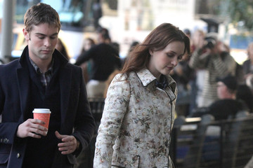 Leighton Meester Chace Crawford Stars On The Set Of 'Gossip Girl'