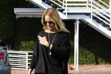 Mena Suvari Mena Suvari Grabs Lunch with a Friend