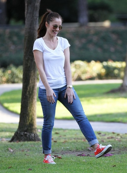 Minka Kelly - Minka Kelly Takes Her Dog To The Park