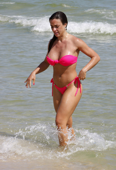 Sexy Nicole Bahls, former 'daughter-in-law' of Luma de Oliveira, who is claiming she is not pregnant of female entrepeneur's son, was spotted with her amazing bikini body enjoying the Pepe beach, in Rio.
