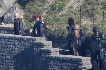Peter Dinklage Emilia Clarke Stars Perform on the Set of 'Game of Thrones'