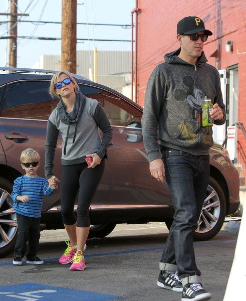 Reese Witherspoon and Jim Make a Starbucks Run - 21 of 33