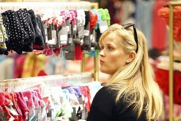 Reese Witherspoon Reese Witherspoon Does Somes Shopping