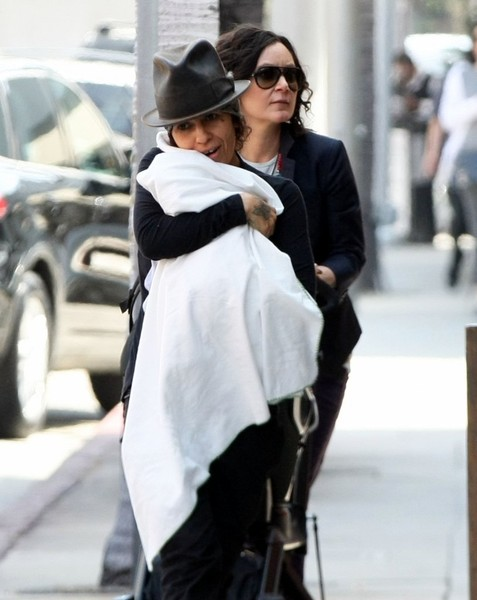 sara gilbert dating linda perry Sara gilbert goes modern in hancock park (exclusive) by mark david linda perry sara gilbert want to read more articles like this one 'arrested development' sets season 5 premiere date avengers infinity war.