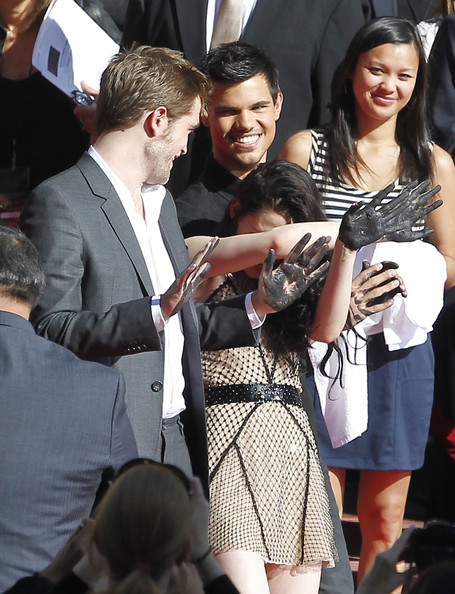 "Robert Pattinson - ""Twilight"" Cast Hand & Foot Ceremony 2"