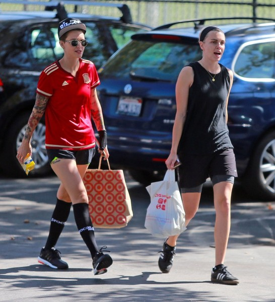 Ruby Rose Photos Photos Ruby Rose And Phoebe Dahl Have A Pick Up