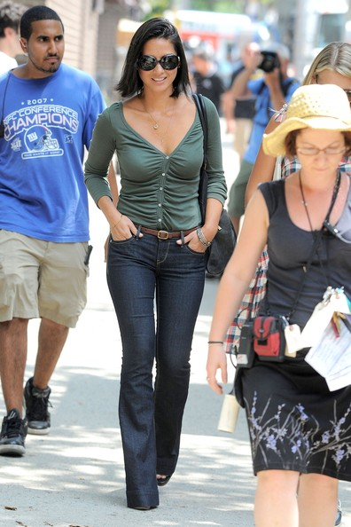 "Actress Sarah Jessica Parker and Olivia Munn film reshoots for their movie ""I Don`t know How She Does It"" in Chealsea."