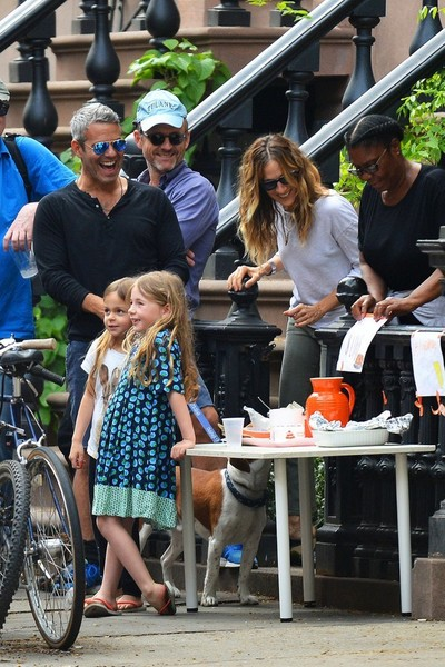 Andy Cohen Stops by Sarah Jessica Parker's Daughters' Lemonade Stand []