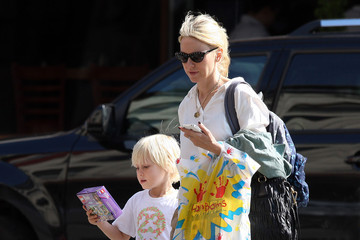 Sasha Schreiber Naomi Watts Runs Her Mommy Errands