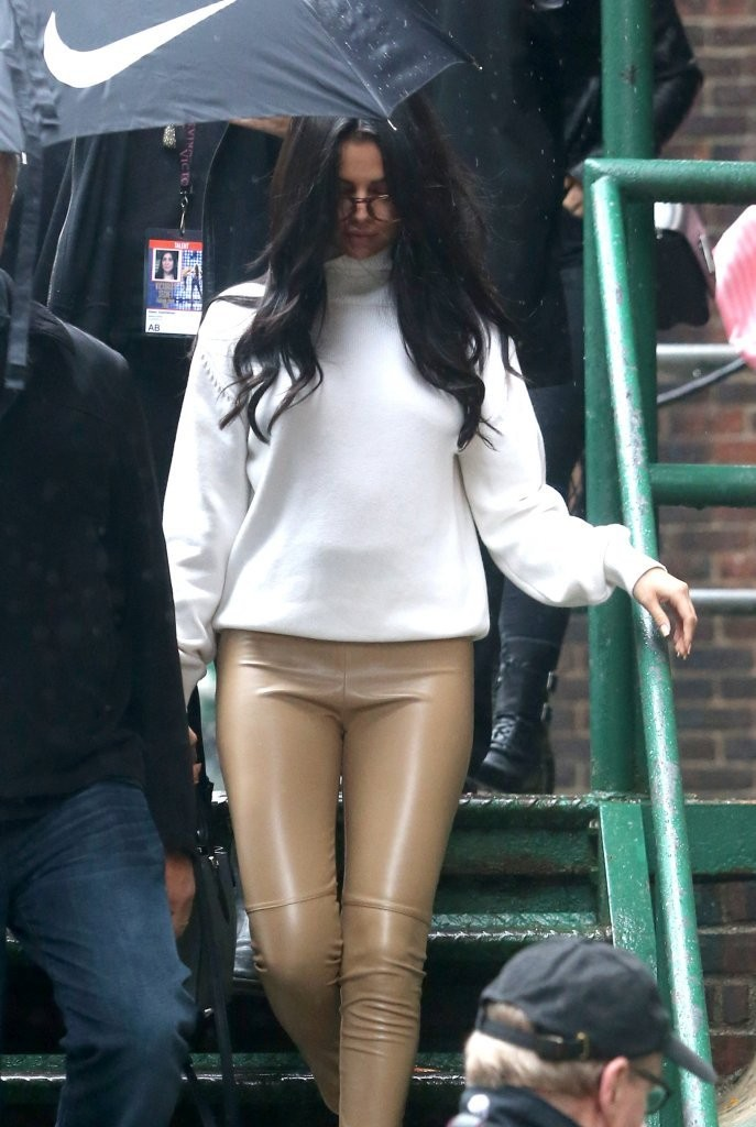 selena-nude-with-leggings-nude-beach-girl-competition