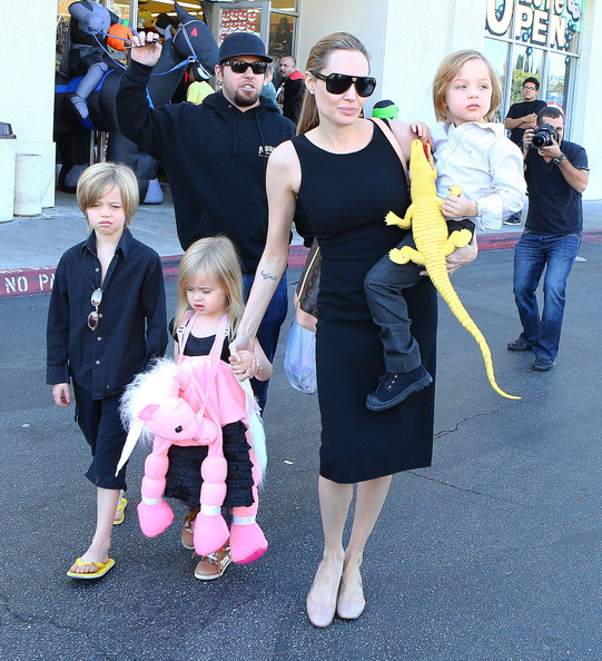 Superior Angelina Jolie Takes Her Kids Shopping For Halloween Costumes