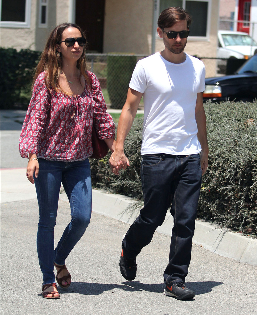 Tobey Maguire Photos Photos - Tobey Maguire And Jennifer ... Leonardo Dicaprio Girlfriend