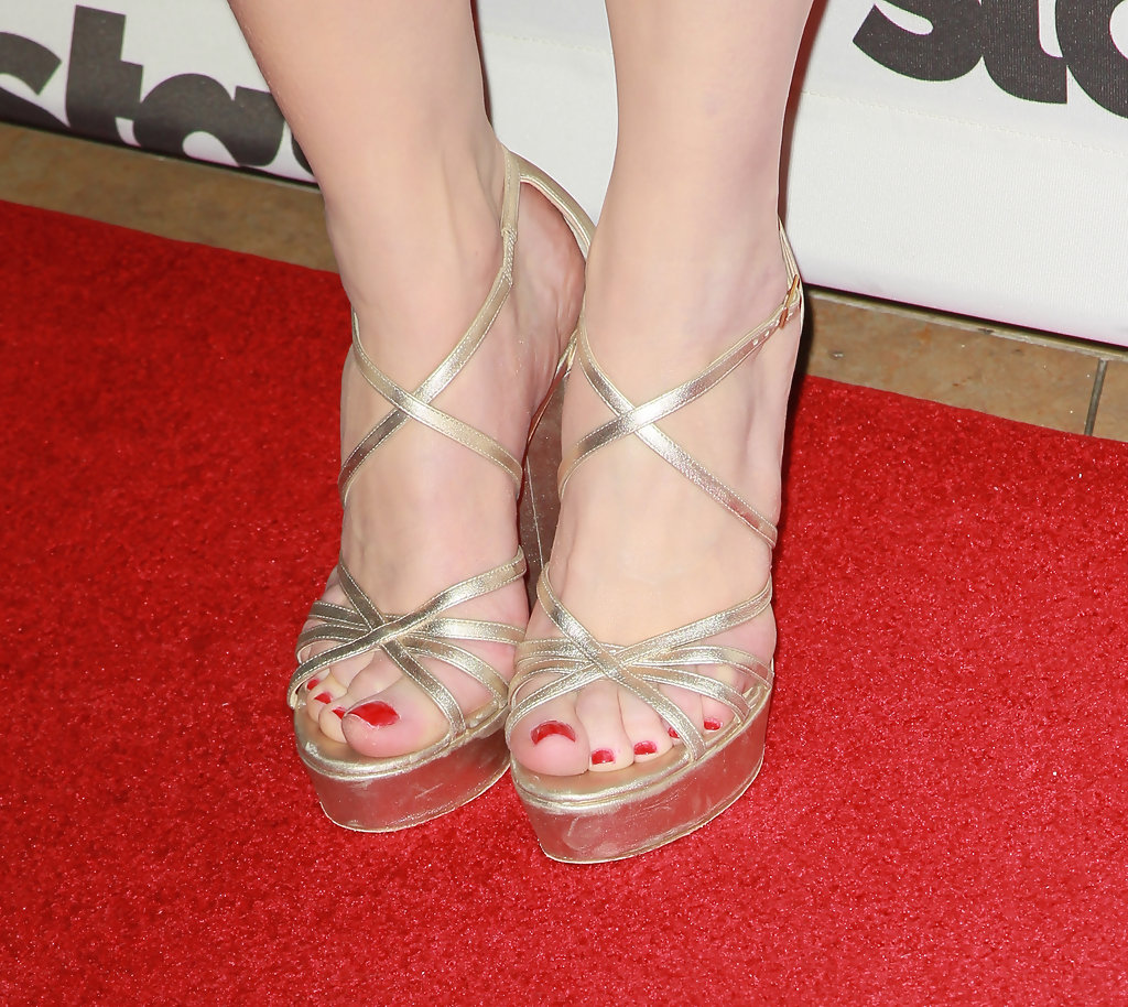 how tall is bryce dallas howard in feet