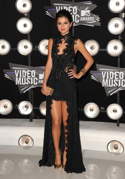 Singer Selena Gomez arrives at the 2011 MTV Video Music Awards at Nokia Theatre L.A. LIVE on August 28, 2011 in Los Angeles, California.