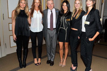 Duncan L. Niederauer 2011 SI Swimsuit Models ring the NYSE Closing Bell
